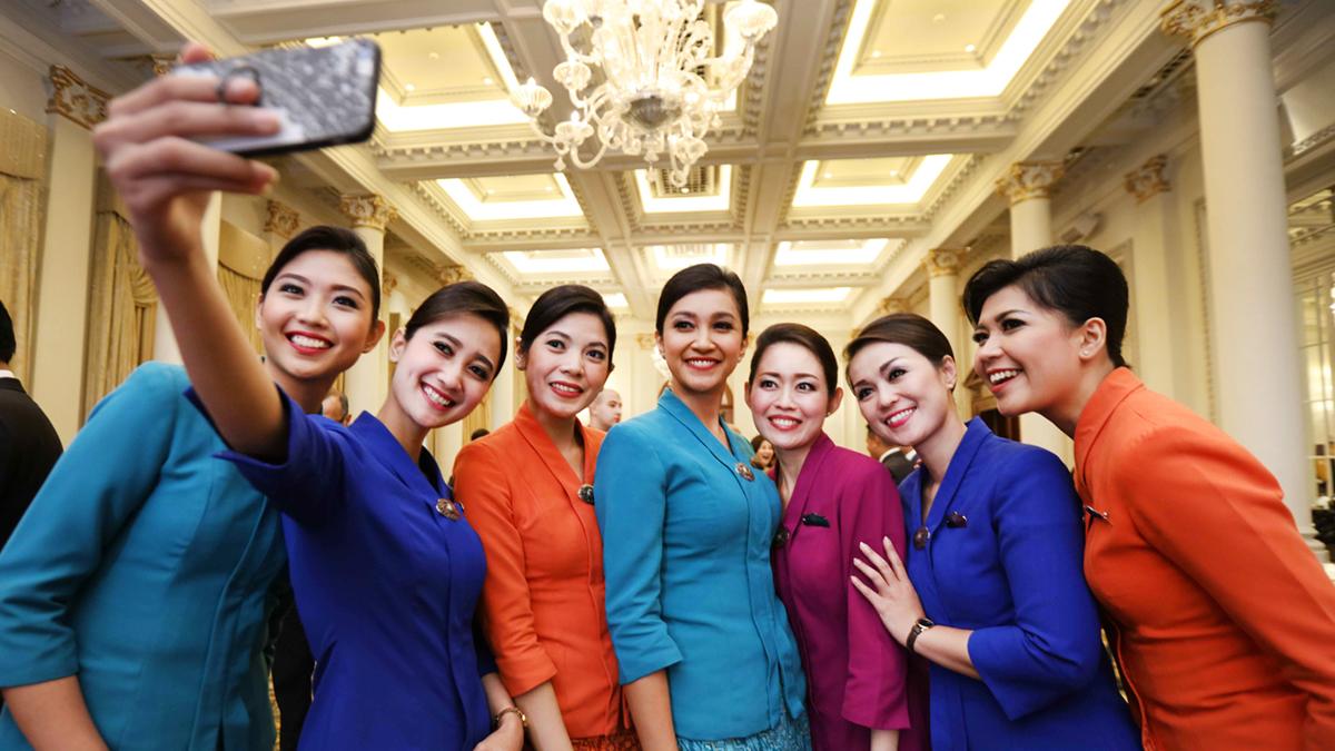 la tripulación de garuda indonesia celebra con un selfie en grupo