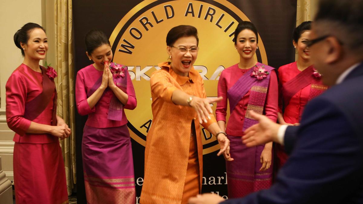朋友们在航空公司奖上重聚